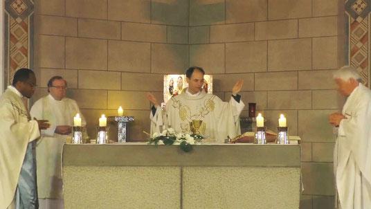 Während der Gründonnerstagsmesse am 09.04.2020 mit Pastor Dominik Ekweariri, Diakon Thomas Becker, Pfarrer Holger Schmitz und Pastor Wieland Schmidt