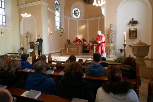 Lektor Franz Frerich, Pfarrer Alshut und Diakon Becker lesen die Passion nach Markus vor