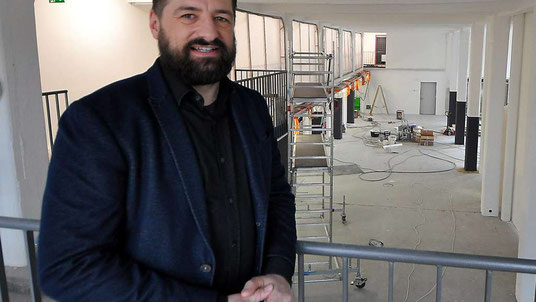 Platz für bis zu 250 neue Mitarbeiter: Marc Kirch in den neuen Geschäftsräumen am Bad Hersfelder Schilde-Park. © Kai A. Struthoff