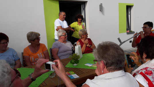 Köstliche Kräuterverköstigung mit Erika Bauer (im hellgrünem Poloshirt)