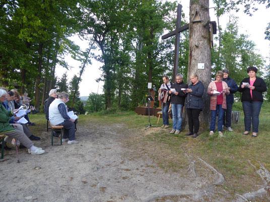 Ein Teil der Besucher und OGV Mitglieder beim Lesen und Singen
