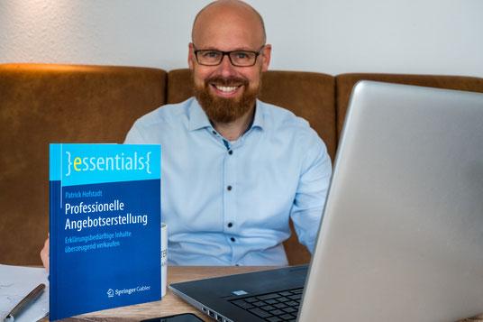 Patrick Hofstadt mit seinem Fachbuch