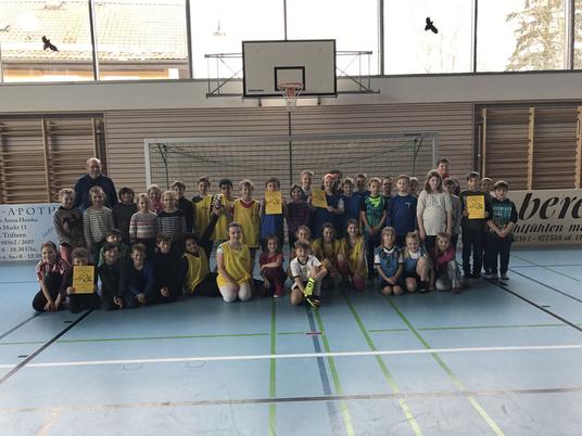 Bildunterschrift: (hinten von links): Lehrer Alfons Huber, Siegermannschaft 4a im gelben Trikot, Vizemeister 4b im blauen Trikot (vorne links): Klasse 3a (vorne rechts: Klasse 3b