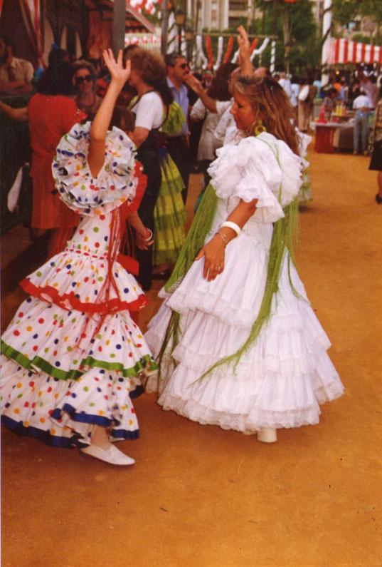 Eli y Merche bailan en la calle. F. P. Privada. Pedro.