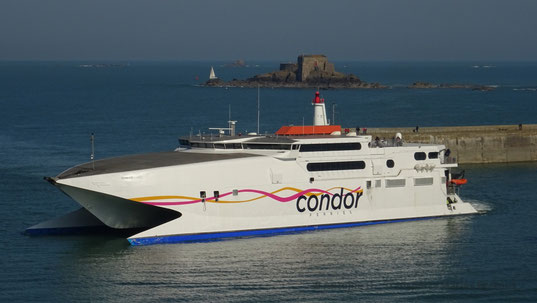 Condor Rapide performing a U-Turn behind Saint-Malo's pier.
