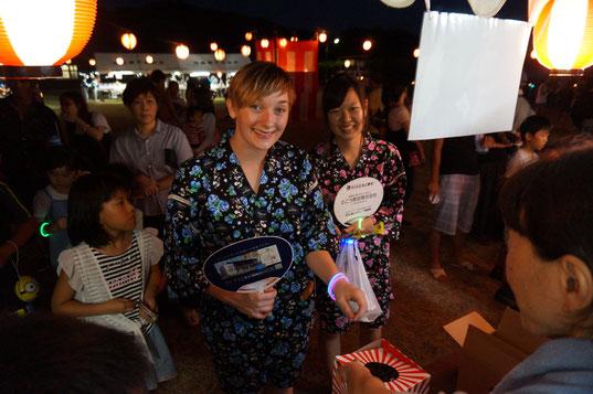 8月13日、日本に来て2日目。 通生の盆踊りに甚平を着て参加。