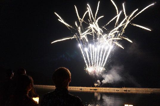 20時からは先祖供養の花火大会。