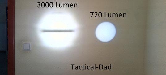 """Da die riesige LED Lenser (""""Dicke Berta"""") sehr gut fokussieren kann schafft sie einen stärkeren Lichtkegel als die OD40. Man braucht also schon eine viel größere und teurere lampe um der OD40 etwas entgegen zu setzen."""