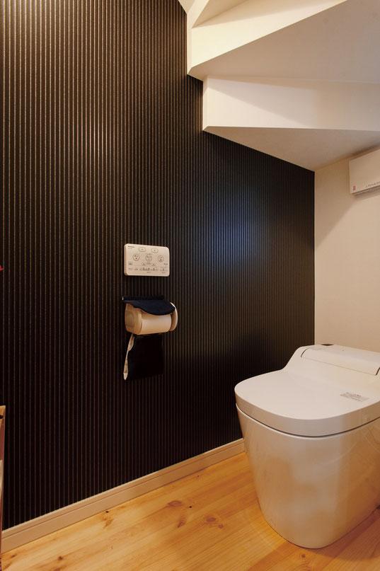 狭小住宅ならではの階段下を有効活用したトイレ