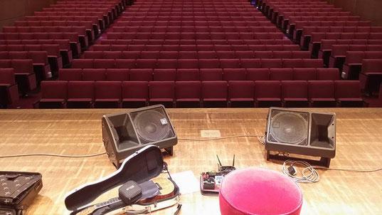 秋田県大館市民文化会館での鈴木昭寿ウクレレコンサート!!サウンドチェック中の一こま♪
