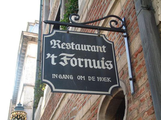 In veel Belgische steden zie je vaak hele sprekende namen van straten, restaurants e.d. op naamborden. Antwerpen blijft hier uiteraard niet in achter.