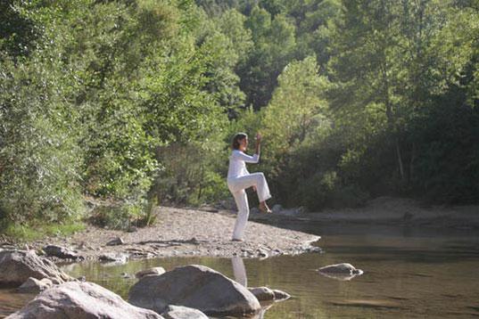 Eugenie Horsch bei einer Qigong-Übung in der Natur
