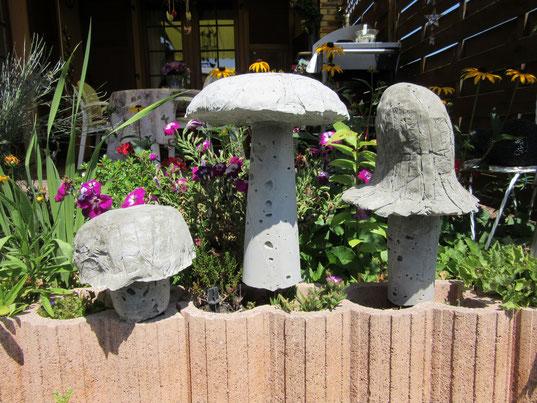 Champignons de jardin en béton