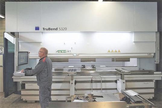 Abkanntpresse bis zu 3 Meter. Abkannten ist eine Blechbearbeitung für rostfreien Stahl, Aluminium und jegliches kaltumformbares Metall.
