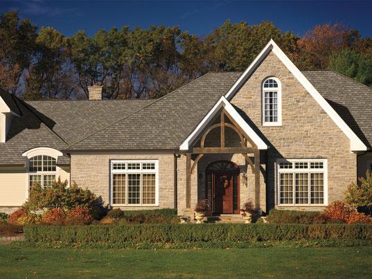 na zdjęciu dom pokryty gontem marki GAF model Camelot 2 w kolorze Weathered Timber