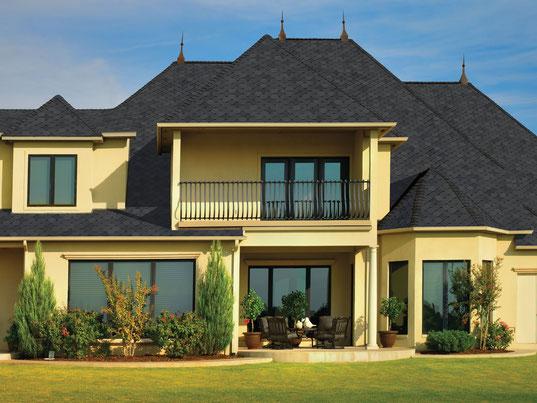 na zdjęciu dach pokryty gontem marki GAF model Sienna w kolorze Chateau Gray