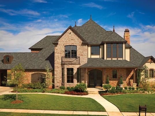 na zdjęciu dach pokryty gontem marki GAF model Sienna w kolorze Aged Oak