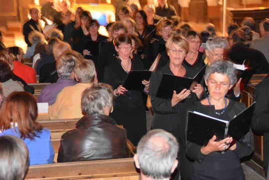 Les choristes en procession parmi le public.