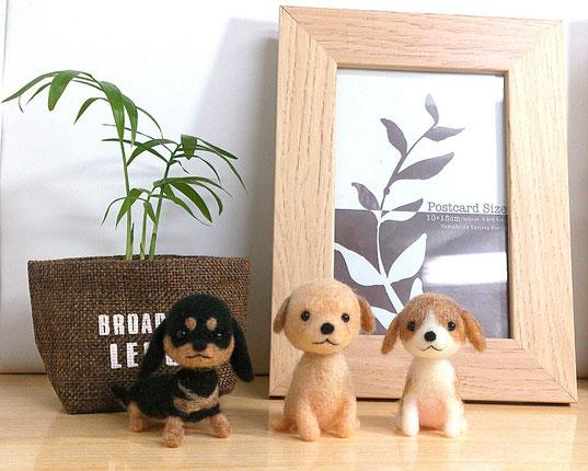 羊毛フェルトで制作したダックスフンドとゴールデンレトリバー、ビーグル犬です