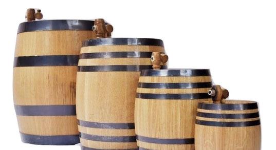 Diferentes medidas fabricadas con duelas de barril de reciclaje.