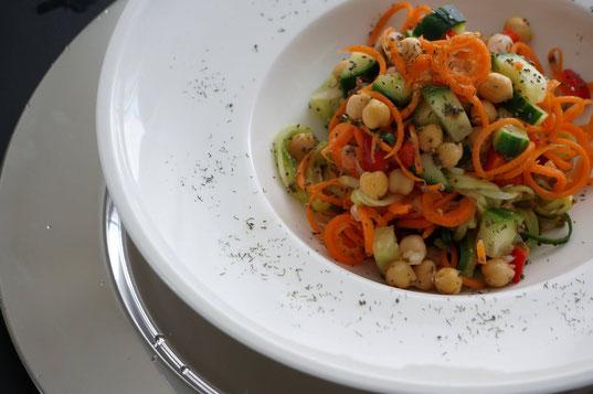 Gurken-Möhrensalat süß-sauer | fruchtig, low carb & vegetarisch