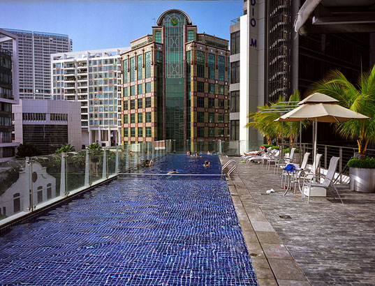 Praxistest FUJIFILM GA645W Professional Wide, Reisefotografie, Architekturfoto Singapore, Pool auf dem Dach. Foto: bonnescape