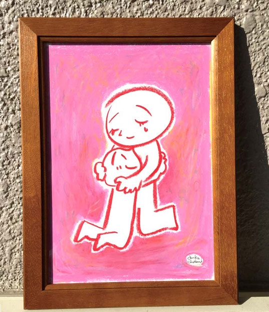 額に入った親子が抱き合うイラスト。 茶谷順子作