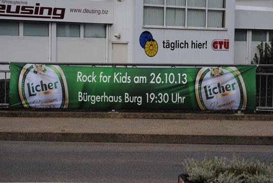 Das Banner hängt in Herborn in der Prof.-Sell-Straße.