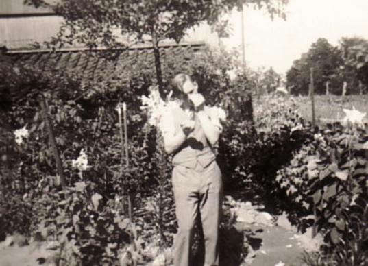 Historische Aufnahme: Hans-Theo Heinen im Künstlergarten, 30er Jahre