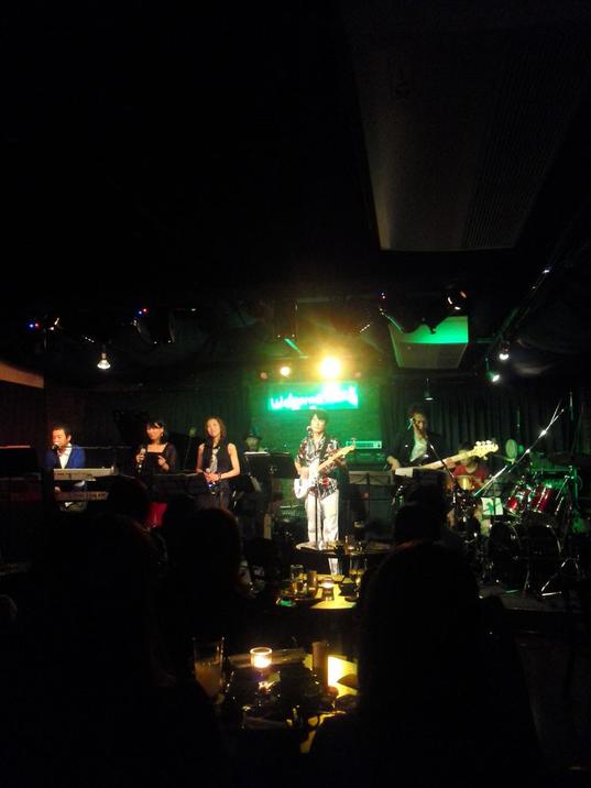 吉方位で大和邦久さんのライブを楽しませていただきました。 バンドの方々の肩書きもすごいのですが、音楽を心より愛してる感が伝わってきます!