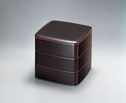 優しい形 艶やかな溜色 美しい三段重です