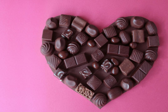 アソートチョコレートがのったハート形のチョコレート。