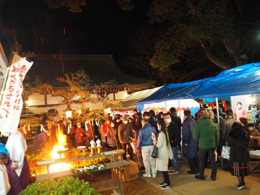平成31年火焚祭の様子(たき木を厄塚で焼納します)