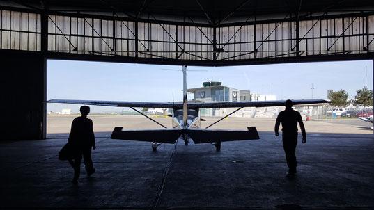 On sort le Cessna du hangar