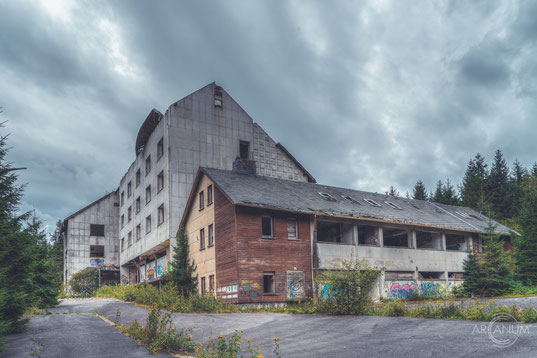Abandoned Farmhouse in Northern Germany with abandoned cars in the barn
