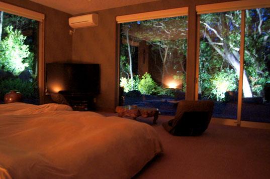 大きな窓の夜の寝室