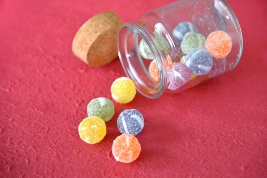 石畳に置かれた赤いハート形の石。