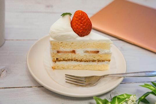 マグカップにいっぱい盛られたごほうびのキャンディとチョコレート。