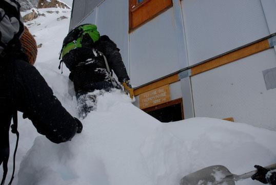 2 avril, la neige  a ouvert la porte (mal fermée) du refuge...