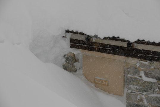 Début du printemps. L'accès aux toilettes du refuge avait été dégagé la veille, mais dans la nuit il a re-neigé... un peu.