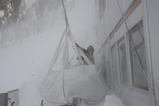 """En haut par moins 10°, Aurélien dans la """"tempête de neige"""" de 'héliportage."""