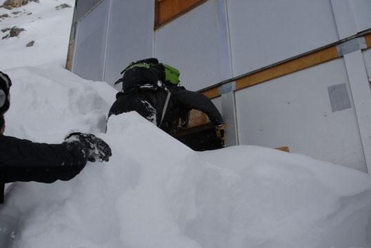 Avec plus de 2 mètres de neige sur la terrasse, il faut arriver à rentrer.