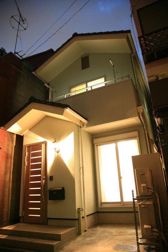 シンプルな切り妻屋根の外観