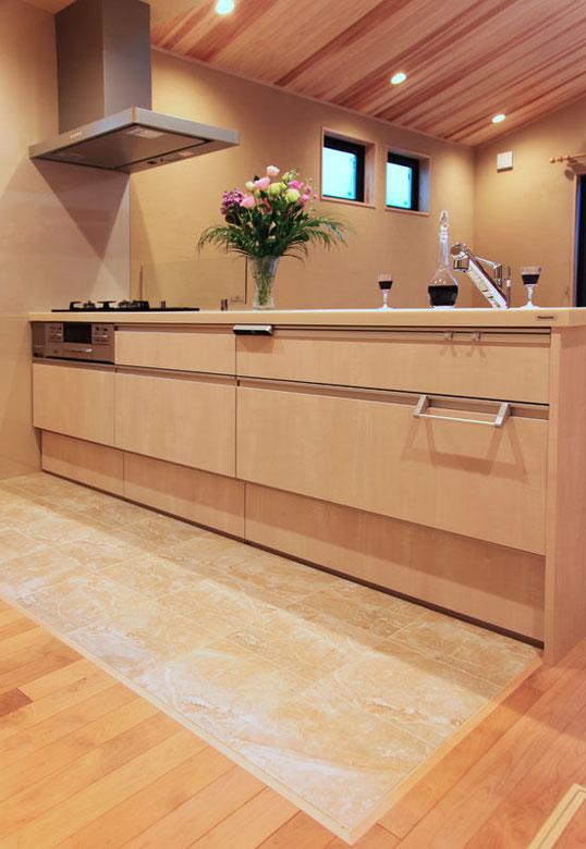 使い勝手の良い対面式のキッチン 床におしゃれなタイルを引いてお掃除も楽です
