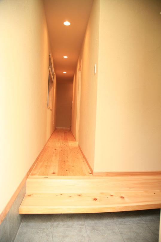 無垢の桧(ひのき)の玄関式台が玄関を引きたたせています