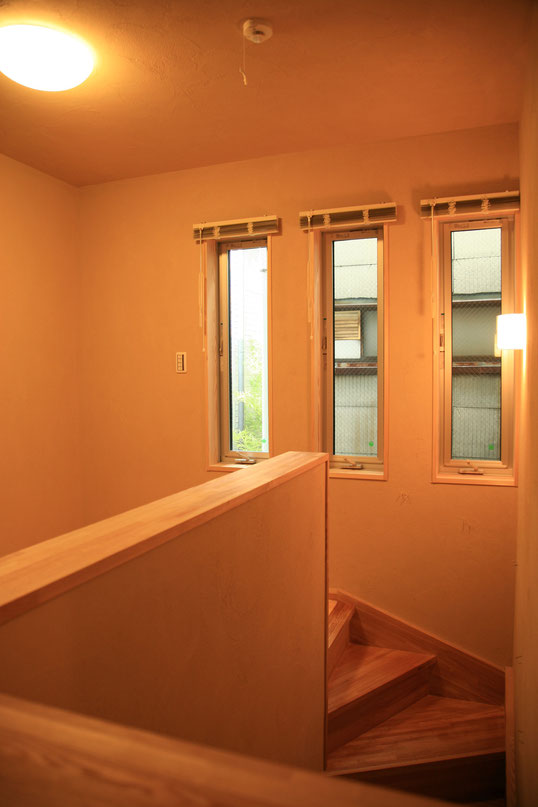 階段ホールは縦スリット窓で採光を確保