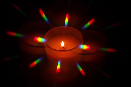 Spectre d'une flamme de bougie observé avec un réseau de diffraction