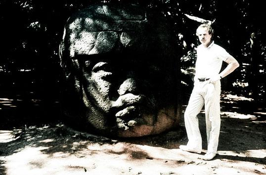 ... und vor einem steinernen Olmeken-Kopf in Mexiko