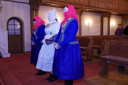 Eine Tradition wird wiederbelebt- Bože dźěćatko mit Begleiterinnen 2019 beim Einsegnen in der Schwarzkollmer Kirche Bildquelle: offizielle Webseite Krabat-Dorf Schwarzkollm (Bild verlinkt)