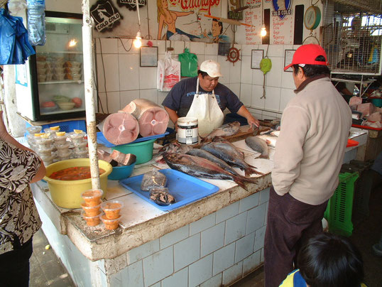 De lokale vissersmarkt bij de haven. De hygiëne is ver te zoeken, maar de cultuur is er heerlijk om te snuiven en zo ook de geur van verse vis......